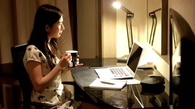 若いビジネスウーマン自宅勤務 ビデオ