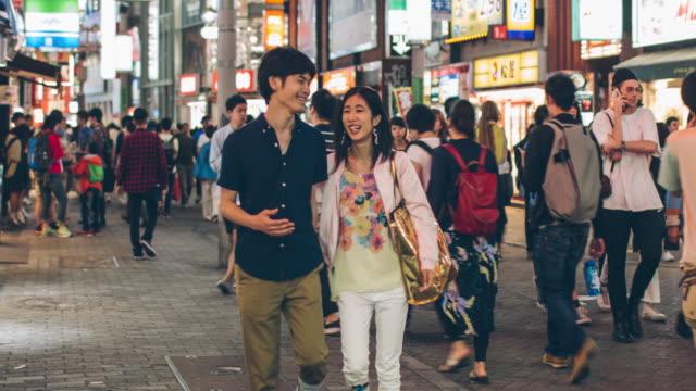 日本の若者カップル渋谷でぶら下げ ou ビデオ