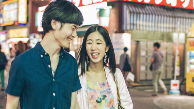 日本の若者カップル渋谷でぶら下げ ou - 若者文化点の映像素材/bロール