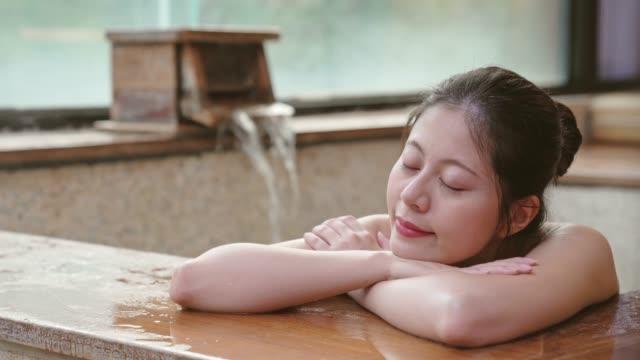 젊은 일본 여자 온천에 체류를 즐길 수 - 스파 온천 스톡 비디오 및 b-롤 화면