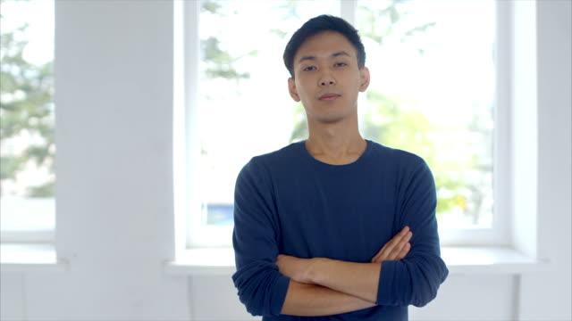 顔の表情を作る若い日本人男性 - スタジオ 日本人点の映像素材/bロール