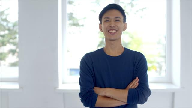 genç japon adam farklı yüz ifadeleri yapma - sadece erkekler stok videoları ve detay görüntü çekimi