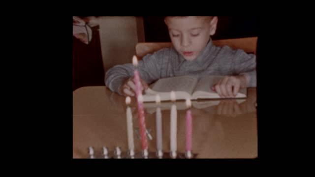 vídeos y material grabado en eventos de stock de joven judía 1958 lee libro en hanukkah - jánuca