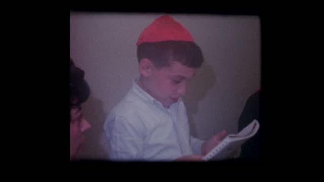 vídeos y material grabado en eventos de stock de de 1967 joven niño judío lee las cuatro preguntas en el seder de la pascua - pascua judía