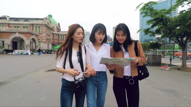 韓国の若い観光客が街に到着したばかり - 学生生活点の映像素材/bロール