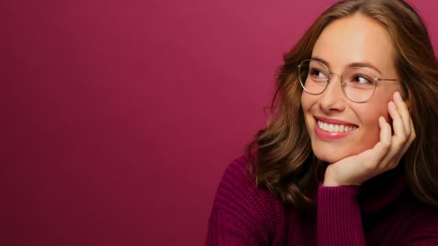 vídeos de stock, filmes e b-roll de jovem mulher em óculos - óculos