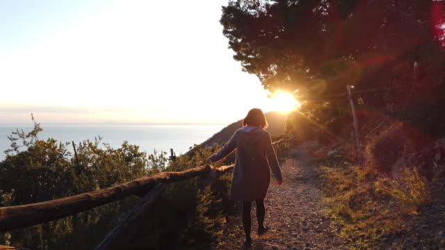 Junge Dame zu Fuß in der Nähe von Grotta della Campana – Video