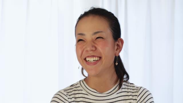 話している若い女性。 - スタジオ 日本人点の映像素材/bロール