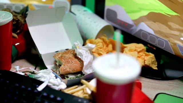 ゲームをプレイする若い大規模なビルドゲーマー - 不健康な食事点の映像素材/bロール
