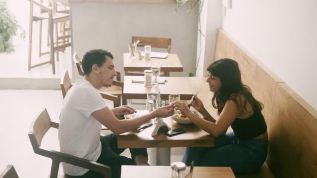 vídeos de stock, filmes e b-roll de comer latino-americano novo e compartilhar do alimento no restaurante - temas fotográficos