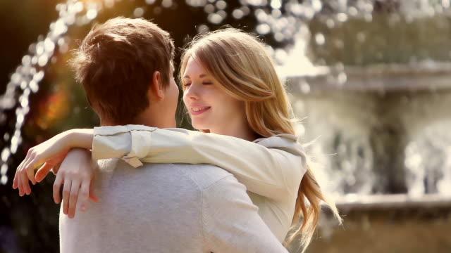 stockvideo's en b-roll-footage met young love - flirten