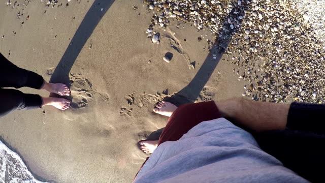 giovane maschio in tramite una proposta alla sua fidanzata in spiaggia. pov - fidanzati video stock e b–roll