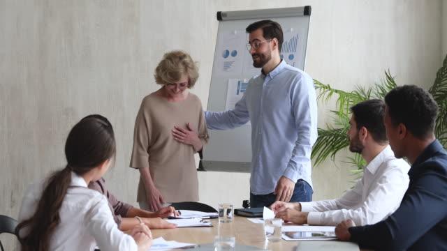 genç erkek sakallı yönetici iş arkadaşları için kadın akıl hocası tanıtan. - sert kavramlar stok videoları ve detay görüntü çekimi