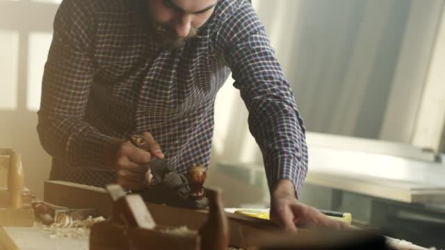 Joven carpintero macho - vídeo