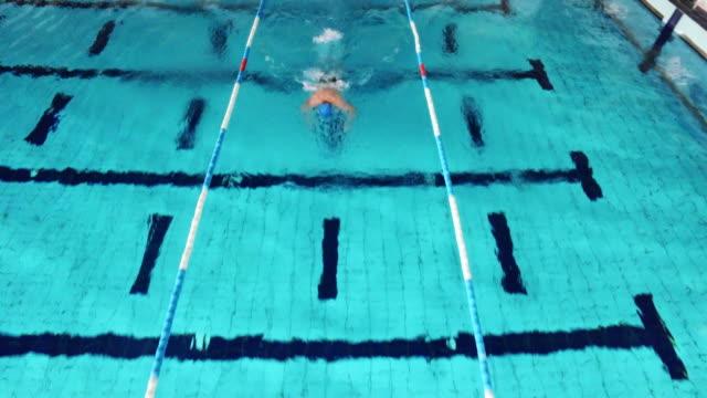 若い男性の水泳 - 水泳点の映像素材/bロール