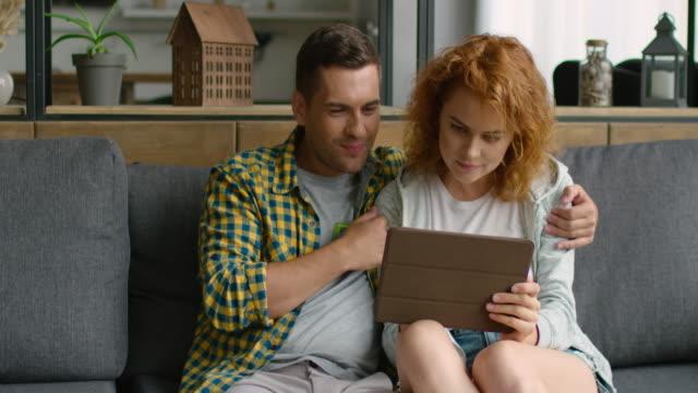 ung man och kvinna gör online shopping - tema bildbanksvideor och videomaterial från bakom kulisserna