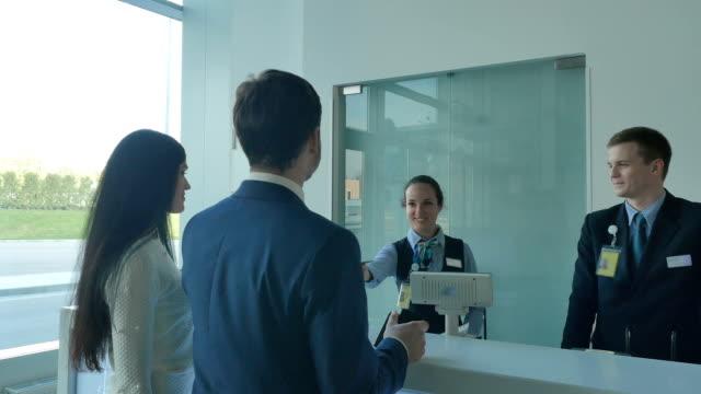空港での受付窓口の若い男女 ビデオ