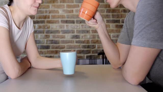 vídeos de stock, filmes e b-roll de jovem e mulher na mesa bebendo chá - tea drinks