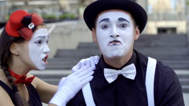 若い男と女のパントマイムのカメラの手のサインを送る - グリースペイント点の映像素材/bロール