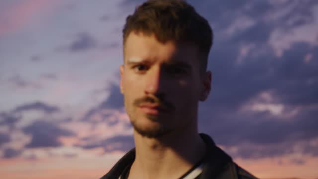 일몰에 젊은 남자 - 초점 이동 스톡 비디오 및 b-롤 화면