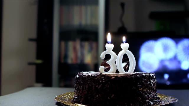 giovane uomo compleanno - 30 34 anni video stock e b–roll