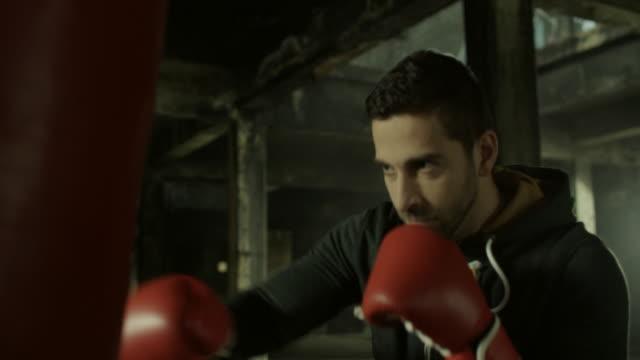 若い男性ボクシングワークアウト ビデオ