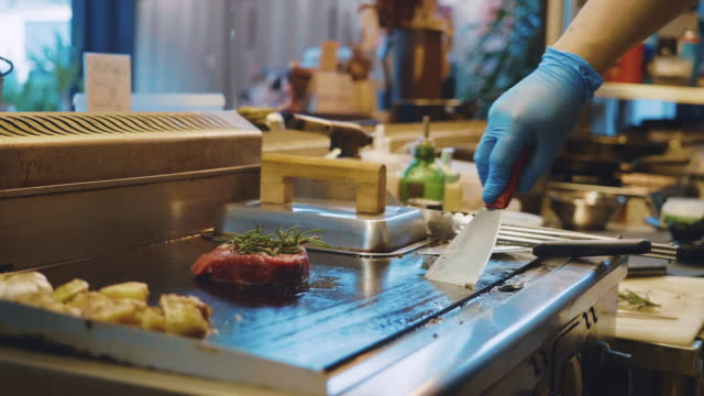 stockvideo's en b-roll-footage met jonge mensen bedrijfseigenaar van voedselvrachtwagen. - foodtruck