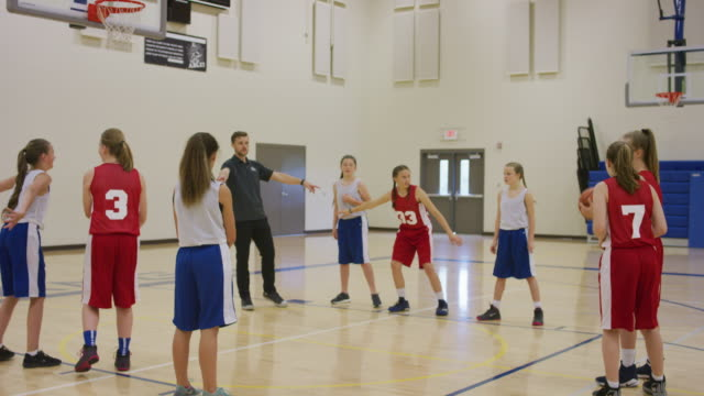 Junge Mädchen-Basketball-Team coaching – Video