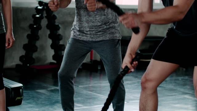 로프 체육관 운동에 활성 수석에 젊은 남자 코칭 - 운동장비 스톡 비디오 및 b-롤 화면