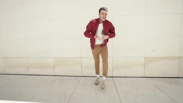 ung man dansar i gatan. - street dance bildbanksvideor och videomaterial från bakom kulisserna