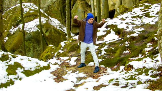 若い男が岩の上で踊って ビデオ