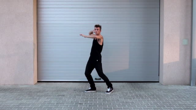 Young man dancing - vídeo