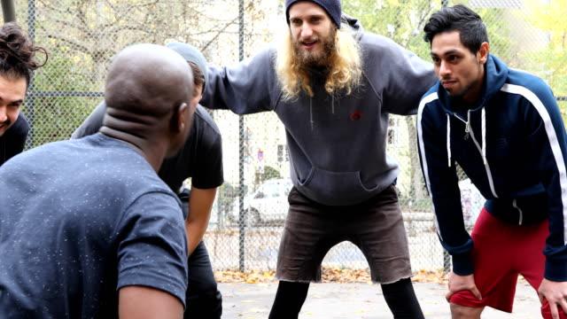stockvideo's en b-roll-footage met jonge man met zijn voetbalteam bespreken - huddle