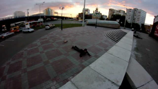 若い男はスケート ボードでトリックと地面に直面して落ちる - スケートボードをする点の映像素材/bロール