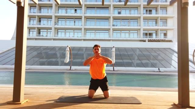 屋外で運動をしている若い男。 - ボディビル点の映像素材/bロール