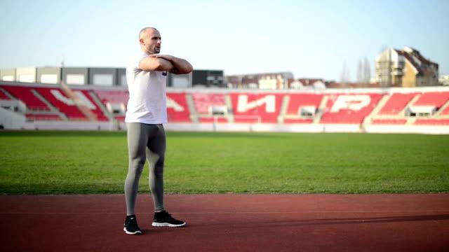 stockvideo's en b-roll-footage met jonge man doen squats - menselijke spier