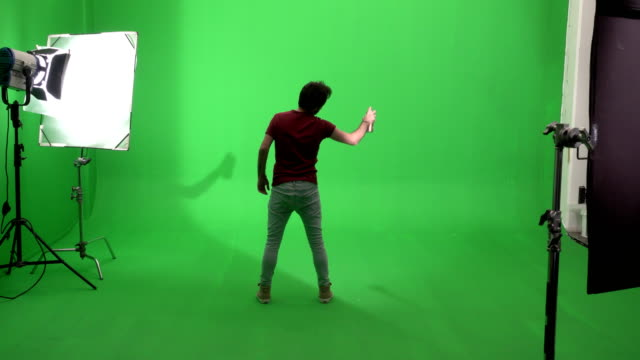 ung man ritning graffiti på grön skärm studio - väggmålning bildbanksvideor och videomaterial från bakom kulisserna