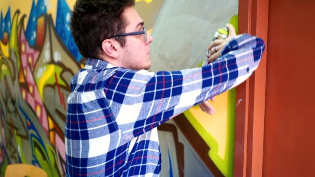 ung man ritning graffiti - väggmålning bildbanksvideor och videomaterial från bakom kulisserna