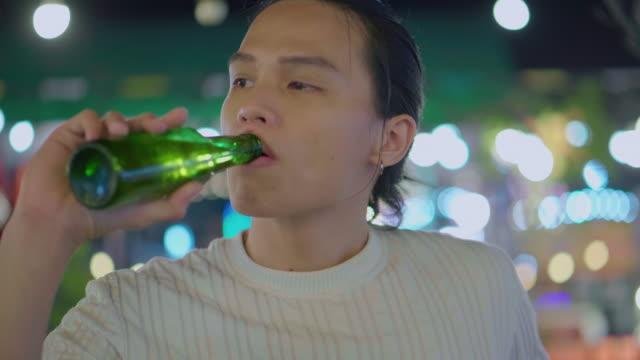 屋上バーベキューパーティーでワインを飲む若者 - ビール点の映像素材/bロール
