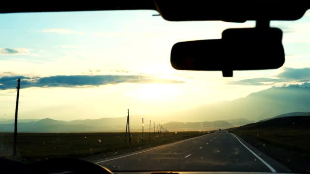 en ung man kör en bil. - vindruta bildbanksvideor och videomaterial från bakom kulisserna