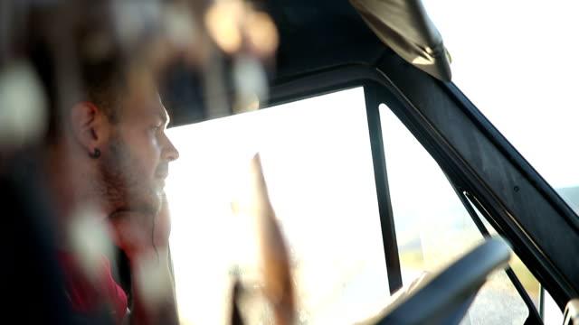 Hombre joven de conducir y hablar por teléfono - vídeo
