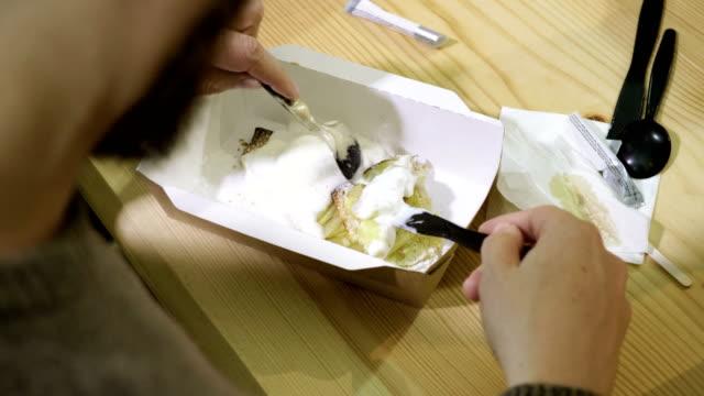 kafede vanilyalı dondurmayla elmalı turta yiyen genç adam. 4k - kek dilimi stok videoları ve detay görüntü çekimi