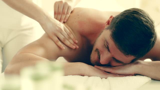 ung man njuter av massage - massageterapeut bildbanksvideor och videomaterial från bakom kulisserna