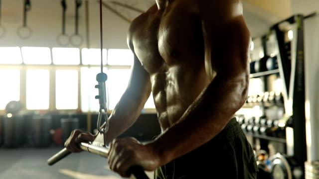 ung man utöva på övning-maskin i gymmet - styrketräning bildbanksvideor och videomaterial från bakom kulisserna