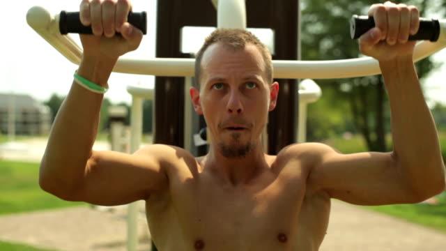 giovane uomo esercitando presso la palestra - torace animale video stock e b–roll