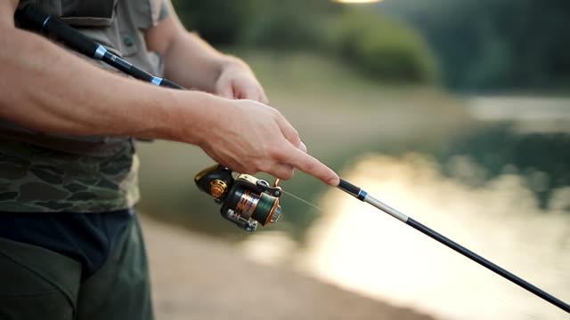 若い男釣り - 漁師 外人点の映像素材/bロール