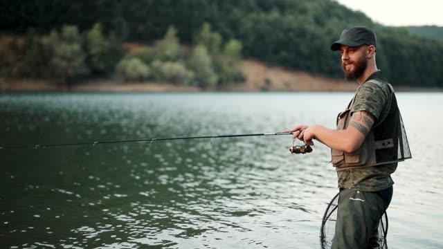 ung man fiske - meta bildbanksvideor och videomaterial från bakom kulisserna