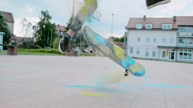 ms timewarp effekt ung man vända skateboard med pulver i torget - blue yellow bildbanksvideor och videomaterial från bakom kulisserna