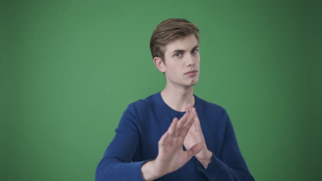 młody człowiek gestykulując rękami i mówiąc nie - negacja filmów i materiałów b-roll