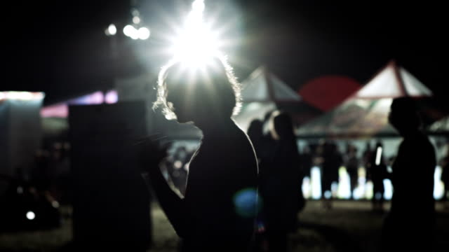 vídeos de stock, filmes e b-roll de jovem se divertindo no festival de música - dance music